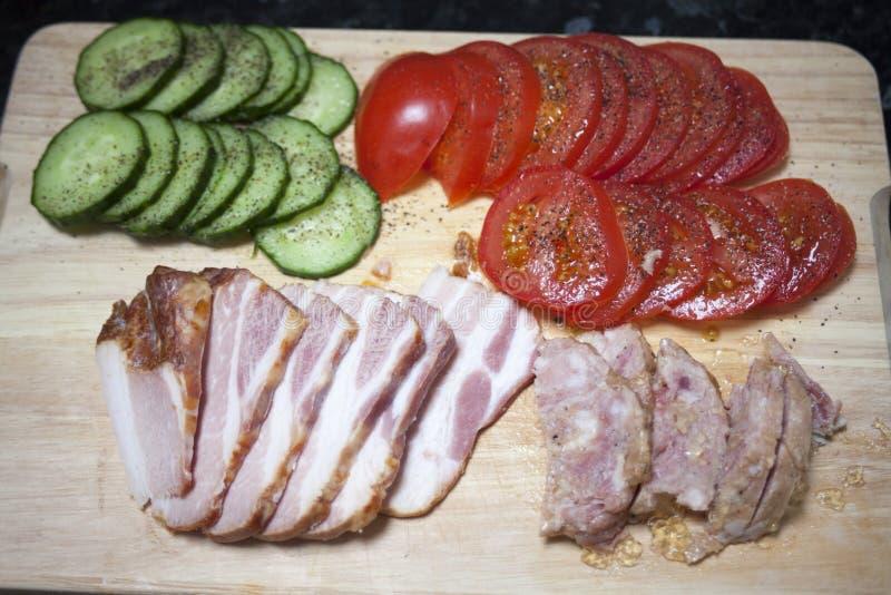 Groenten en Vlees op de scherpe raad stock afbeelding