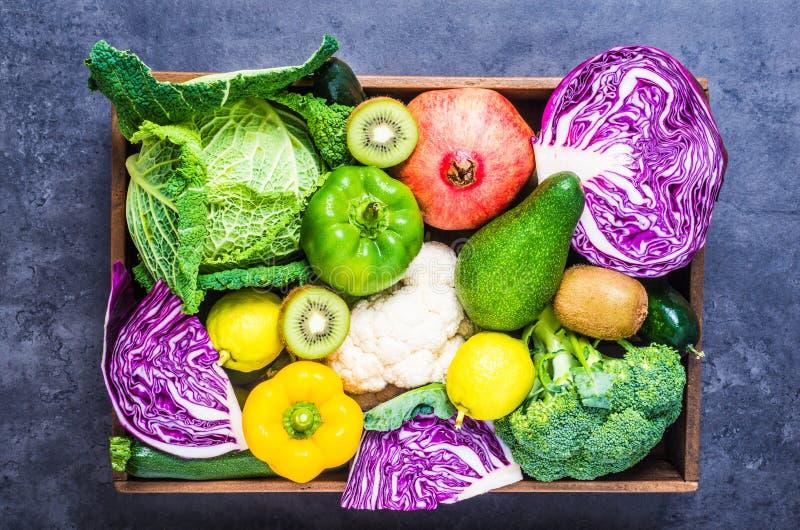Groenten en vruchten in houten doos stock foto