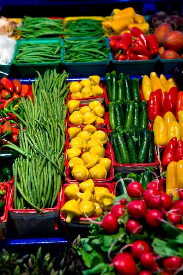 Groenten en vruchten op een marktkraam stock fotografie