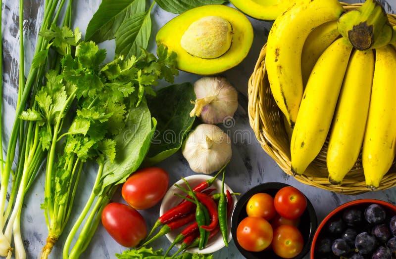 Groenten en vruchten van diverse kleuren royalty-vrije stock afbeelding