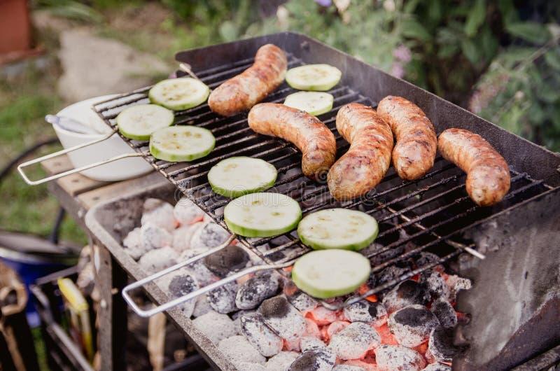 Groenten en worsten op de grill stock afbeelding