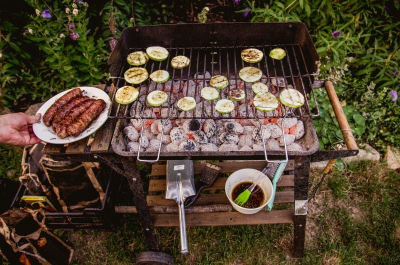 Groenten en worsten op de grill stock afbeeldingen
