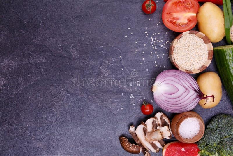 Groenten en zaden op een violette achtergrond stock foto's