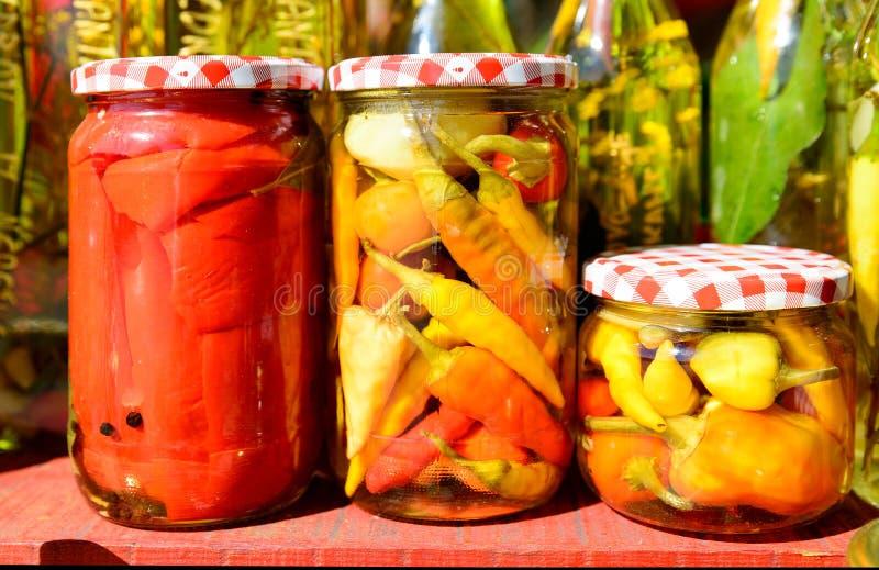 Groenten in glaskruiken stock afbeeldingen