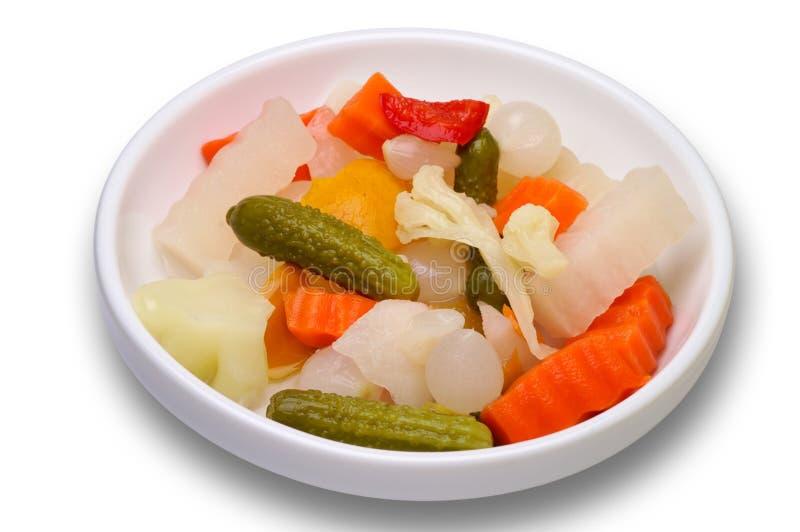 Groenten in het zuur in een geïsoleerde schotel stock afbeelding