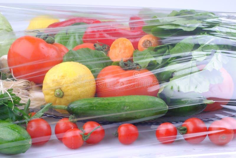 Groenten op de zwarte achtergrond Organisch voedsel en verse groenten Komkommer, kool, peper, salade, wortel, broccoli, lettuc stock fotografie