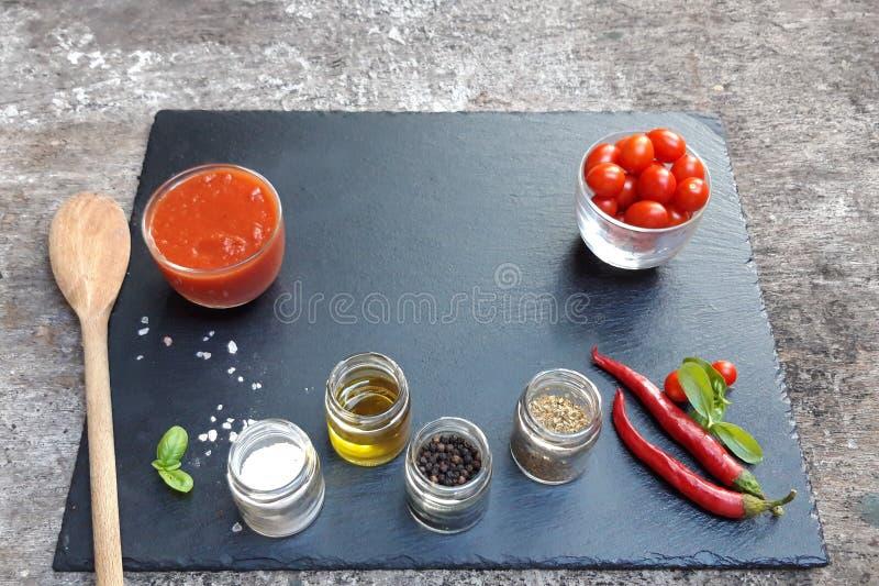 Groenten op een zwarte achtergrond Verse rode groenten Tomaten, peper, kruiden voor rode saus Vlak leg, hoogste mening stock afbeeldingen