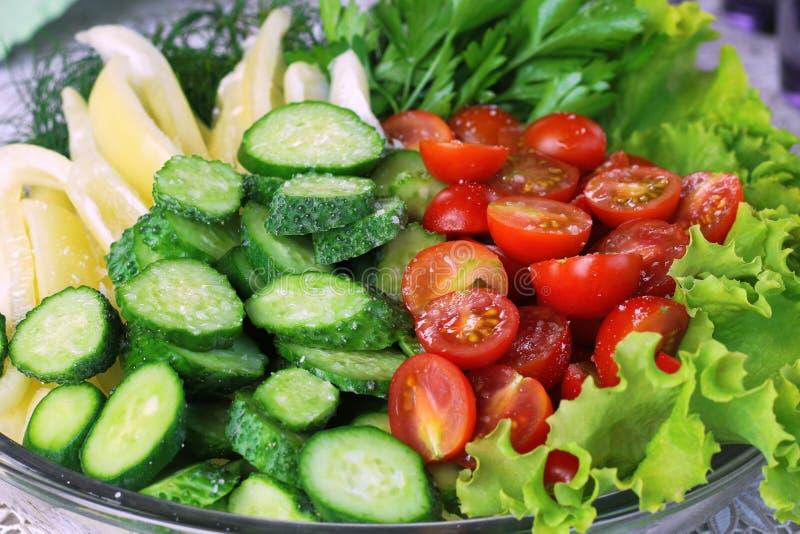 Groenten op houten achtergrond Biologische producten en verse groenten Komkommer, tomaat, peper en salade op de lijst royalty-vrije stock afbeelding