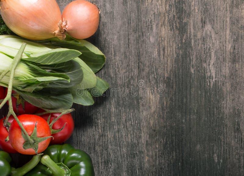 Groenten op houten achtergrond met ruimte voor tekst. Natuurvoeding. royalty-vrije stock fotografie