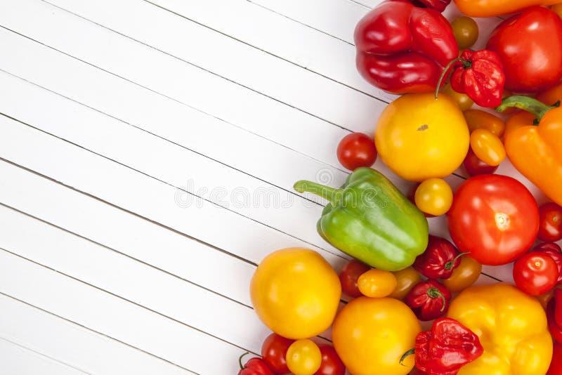 Groenten op witte houten achtergrond, hoogste mening stock foto's