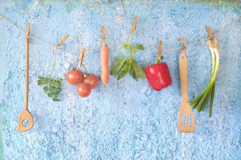 Groenten, oude keukengerei en kruiden, gezond voedsel, dietin stock foto