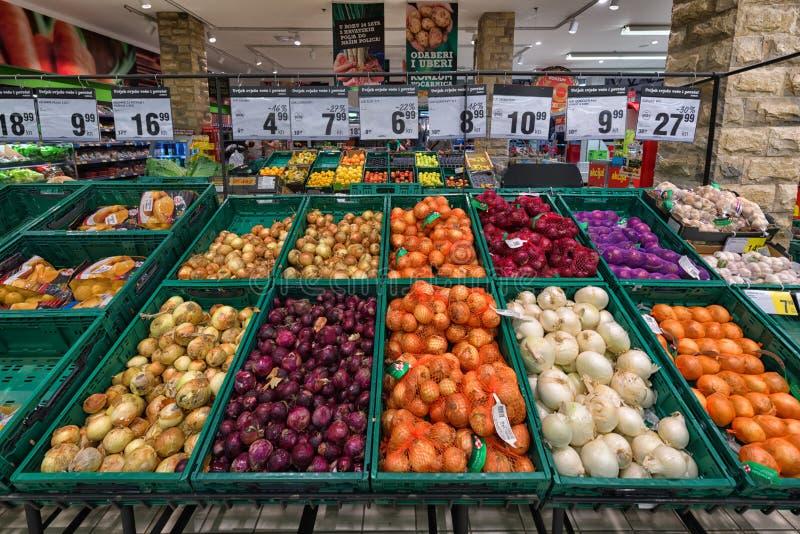 Groenten in supermarkt stock afbeeldingen
