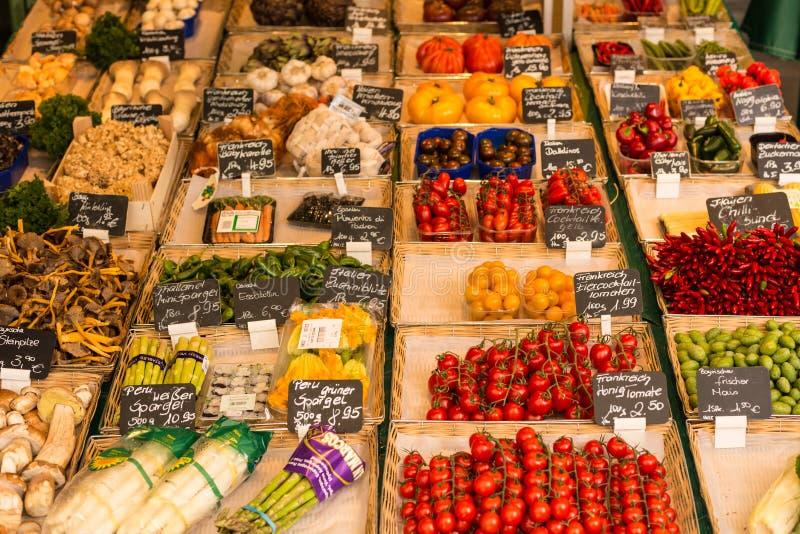 Groenten voor verkoop bij een landbouwersmarkt royalty-vrije stock foto's