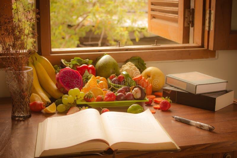 Groenten, vruchten en boek stock fotografie