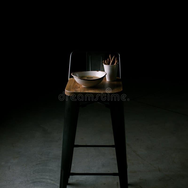 Groentesoep en breadsticks in een restaurant royalty-vrije stock fotografie