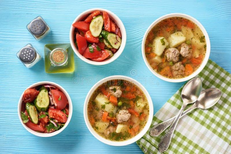 Groentesoep met vleesballetjes en tomatensalade royalty-vrije stock afbeelding
