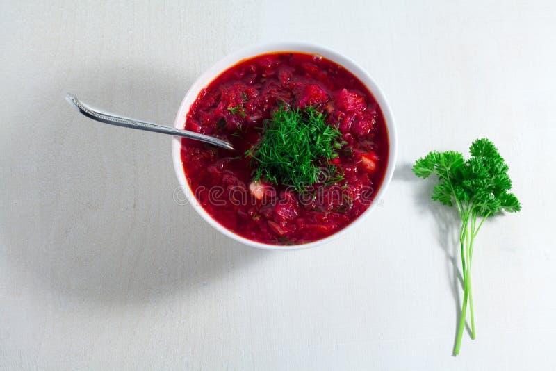 Groentesoep - rode borsjt in een witte kom op een witte houten achtergrond, hoogste mening Gezonde bietensoep, vegetarisch voedse royalty-vrije stock afbeeldingen