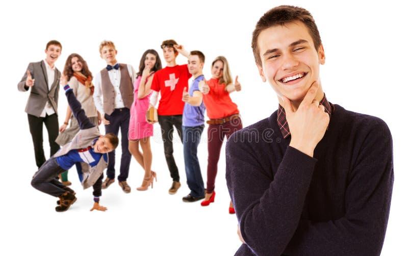 Groep aantrekkelijke glimlachende jongeren stock foto