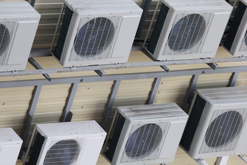 Groep airconditioners op de muur worden opgeschort die stock fotografie