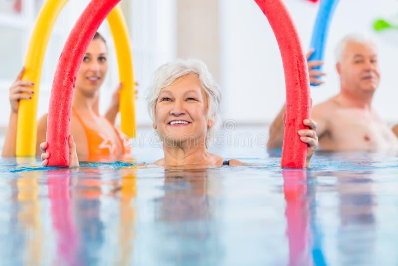 Groep in aquarobic geschiktheids zwembad royalty-vrije stock afbeeldingen