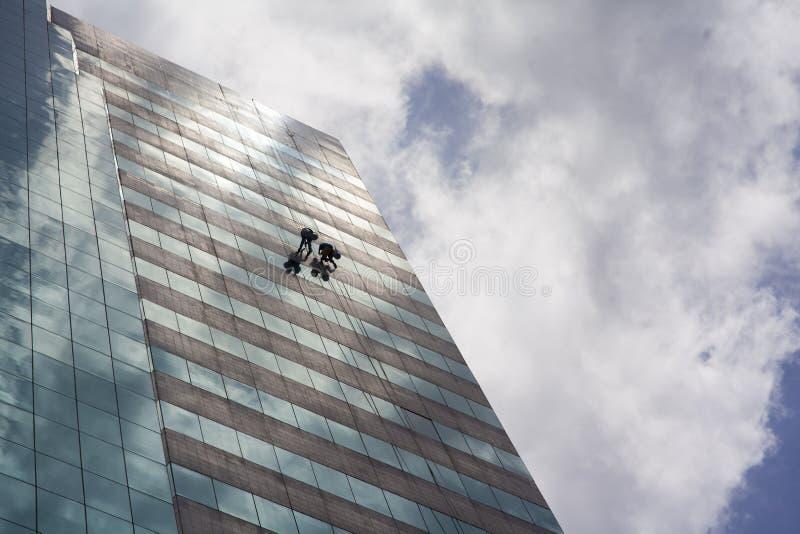 Groep arbeiders die de venstersdienst schoonmaken royalty-vrije stock fotografie