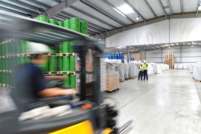 Groep arbeiders in het werk van de logistiekindustrie in een pakhuis w royalty-vrije stock foto