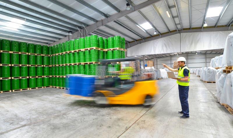 Groep arbeiders met vorkheftruck in de logistiekindustrie het werken royalty-vrije stock afbeeldingen