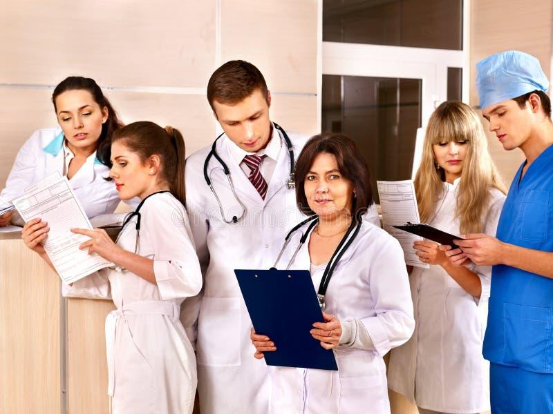 Groep artsen bij ontvangst in het ziekenhuis. stock afbeelding