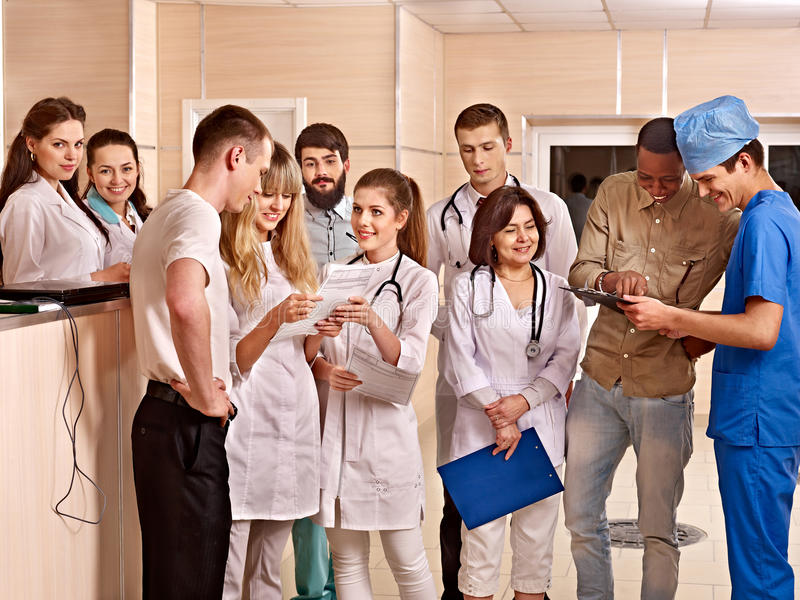 Groep artsen bij ontvangst in het ziekenhuis. royalty-vrije stock foto