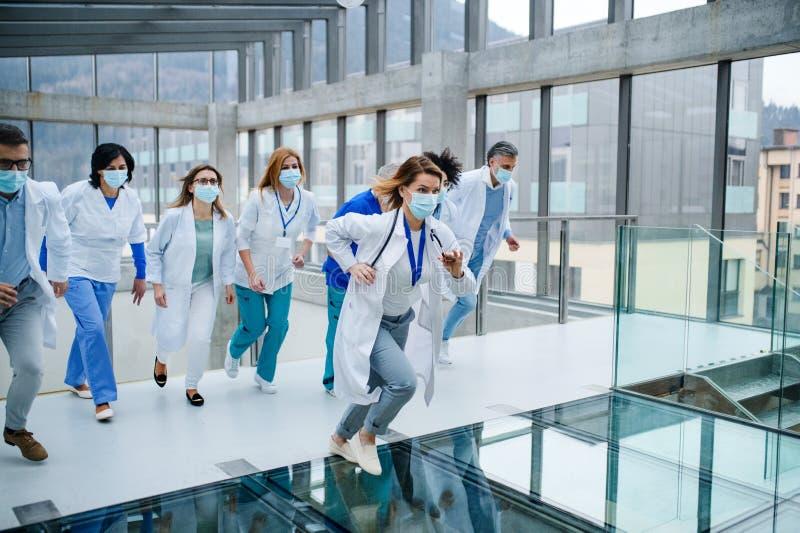 Groep artsen die in de ziekenhuiscorridor opereren, begrip 'noodsituatie' royalty-vrije stock afbeelding
