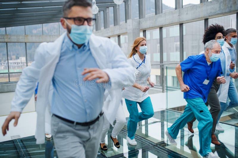 Groep artsen die in de ziekenhuiscorridor opereren, begrip 'noodsituatie' royalty-vrije stock foto's