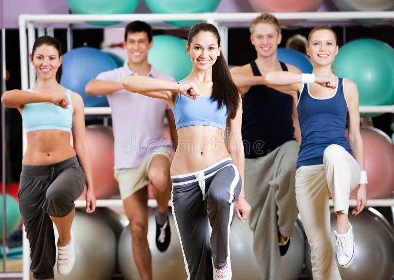 Groep atletische mensen bij de gymnastiek royalty-vrije stock afbeelding