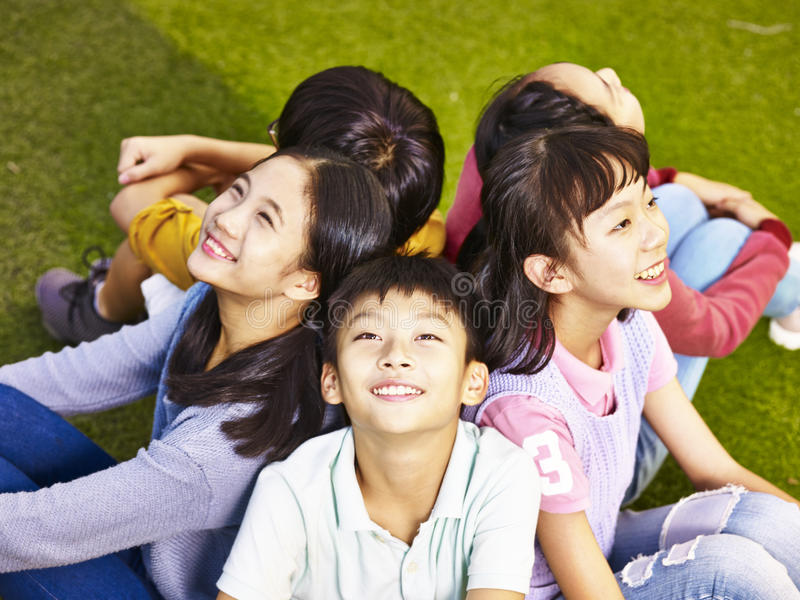 Groep Aziatische elementaire schoolkinderen stock foto's
