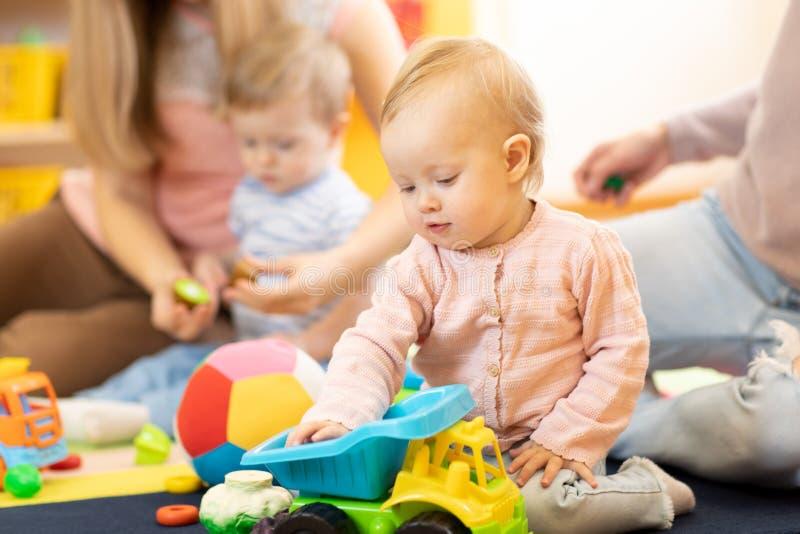 Groep babys met moeders bij playgroup royalty-vrije stock afbeeldingen