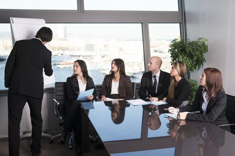 Groep beambten in een bestuurskamerpresentatie stock foto