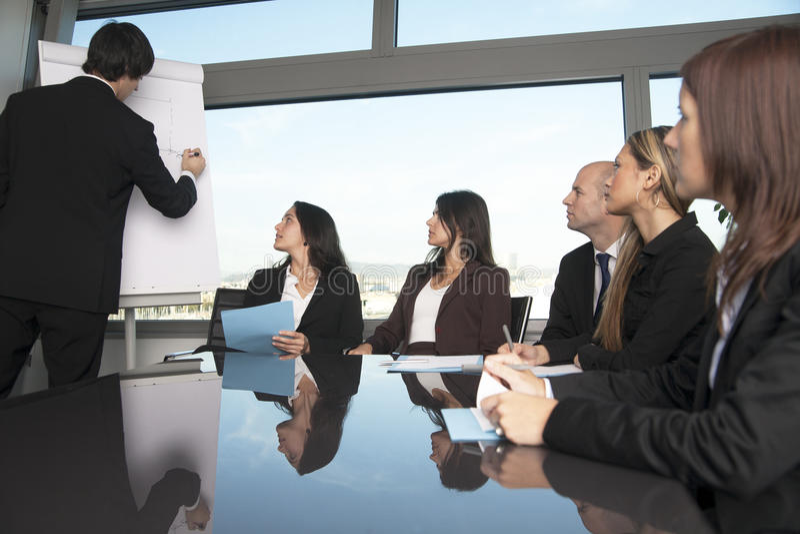 Groep beambten in een bestuurskamerpresentatio royalty-vrije stock foto