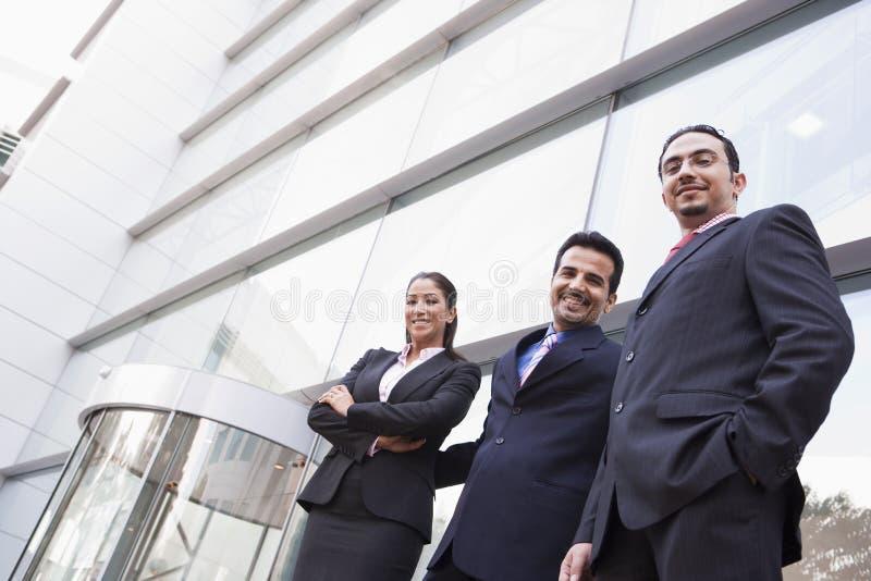 Groep bedrijfsmensen buiten de bureaubouw royalty-vrije stock foto