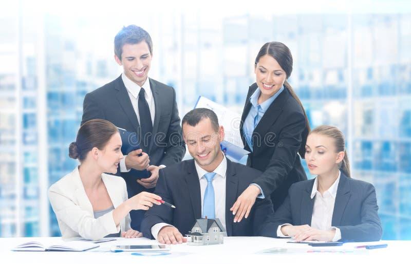 Groep bedrijfsmensen die aan nieuw project werken stock afbeeldingen