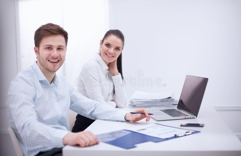 Groep bedrijfsmensen die aan wit samenwerken stock foto's