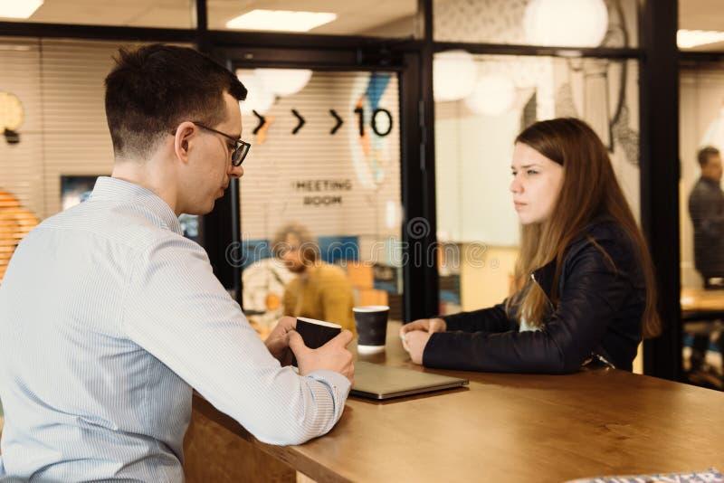 Groep bedrijfsmensen die bespreking in het bureau hebben stock foto's