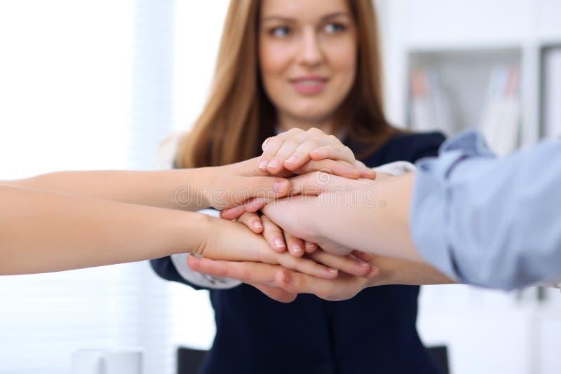 Groep bedrijfsmensen die bij handen, close-up aansluiten zich Groepswerk, samenwerkings en succesconcept mededeling royalty-vrije stock afbeeldingen