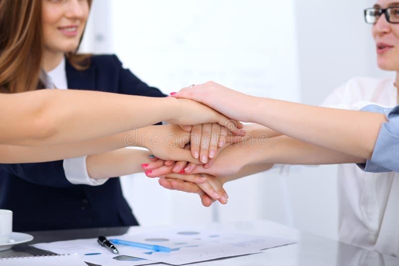 Groep bedrijfsmensen die bij handen, close-up aansluiten zich Groepswerk, samenwerkings en succesconcept mededeling stock afbeeldingen