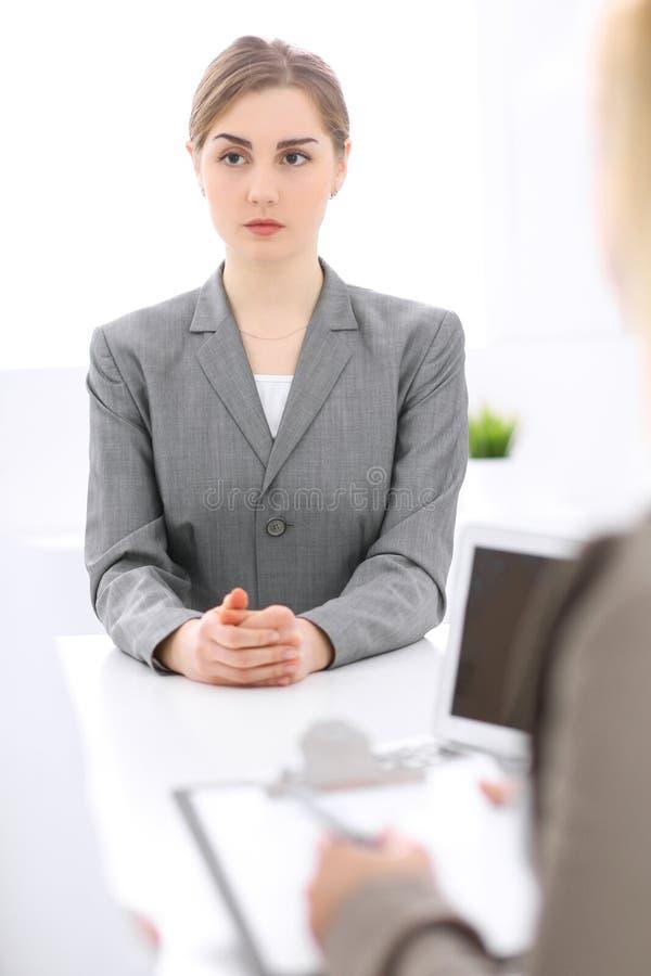 Groep Bedrijfsmensen die in Bureau samenwerken Nadruk op middenleeftijdsvrouwen stock afbeelding
