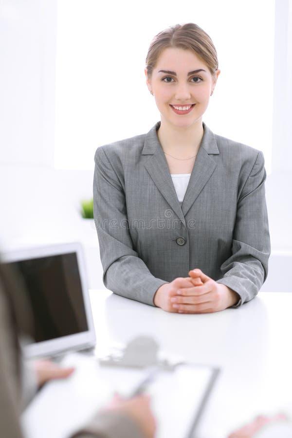 Groep Bedrijfsmensen die in Bureau samenwerken Nadruk op middenleeftijdsvrouwen royalty-vrije stock afbeelding