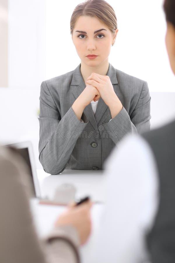 Groep Bedrijfsmensen die in Bureau samenwerken Nadruk op middenleeftijdsvrouwen stock afbeeldingen
