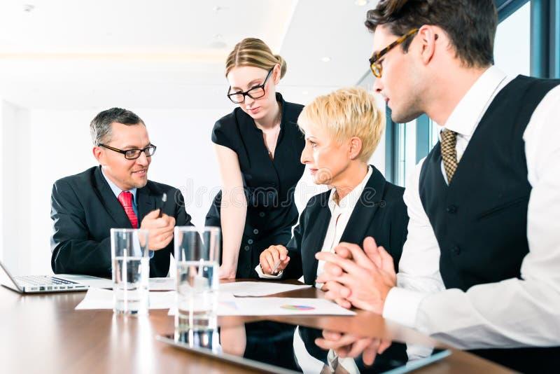 Groep bedrijfsmensen die in bureau werken royalty-vrije stock foto