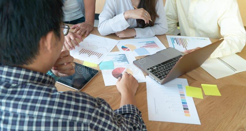 Groep bedrijfsmensen die collega's in vergaderzaal en besprekings de bedrijfstendensen van het verkoopgesprek samenkomen en om te royalty-vrije stock afbeelding