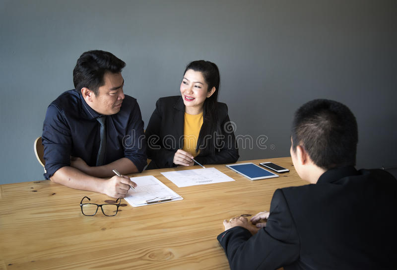 Groep Bedrijfsmensen die de Mens interviewen stock foto's