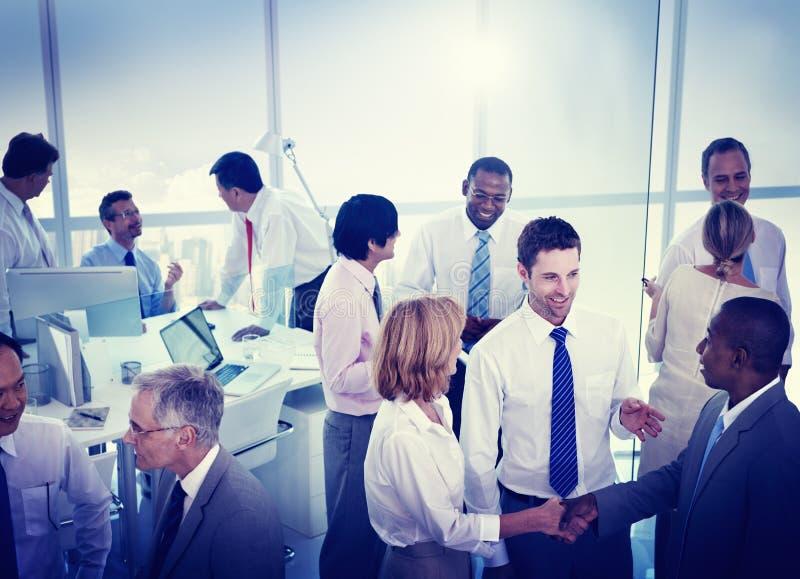 Groep Bedrijfsmensen die in een Bureau werken stock afbeeldingen