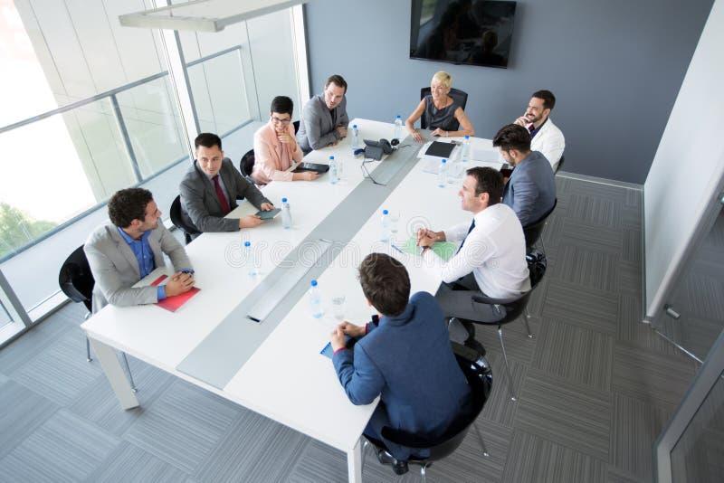 Groep bedrijfsmensen die een commerciële vergadering hebben stock afbeelding